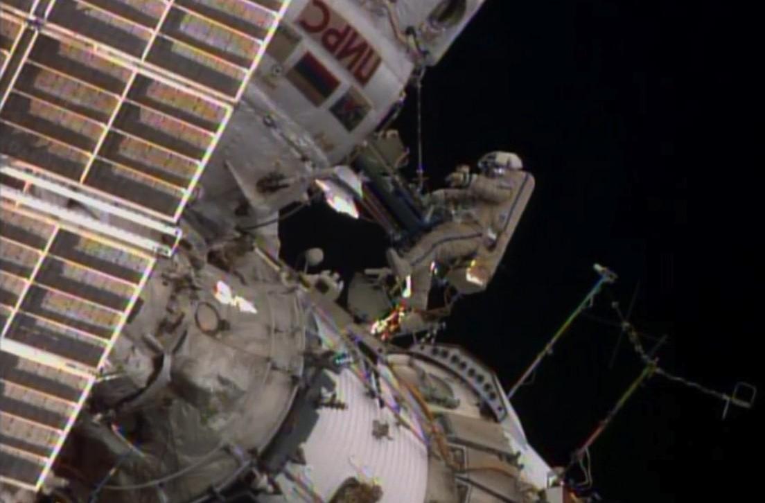 Россияне Скворцов и Артемьев вышли в открытый космос на 6,5 часов