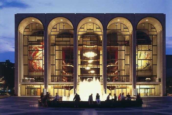В здании Метрополитен-опера в Нью-Йорке вандал разрисовал скульптуры и картины