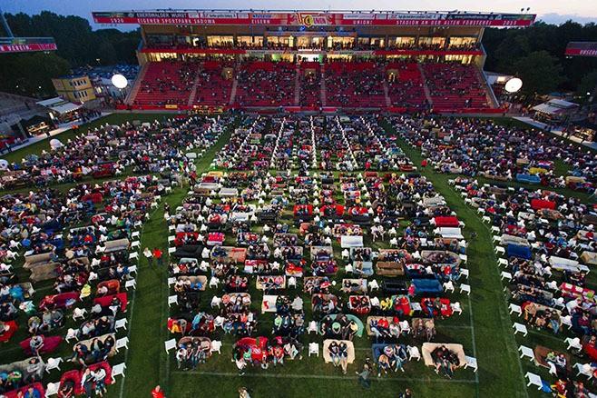 Немецким болельщикам ЧМ по футболу разрешили приходить на стадион со своими диванами
