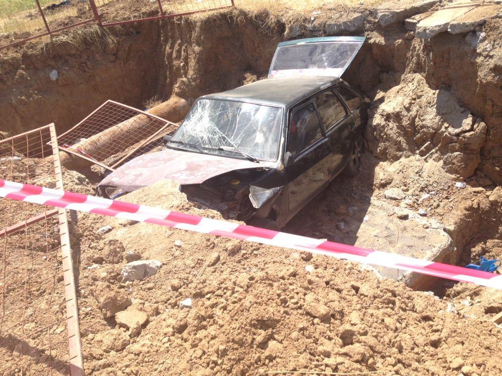 В Ростовской области автомобиль с подростками провалился в котлован теплосетей