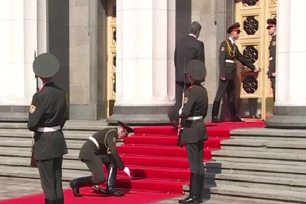 За упавший на инаугурации Порошенко карабин все отделение отправили на войну