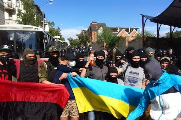 Посольство России в Киеве снова атакует толпа украинских националистов