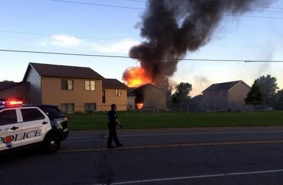 В США самолет упал на жилой дом, погибли 2 человека