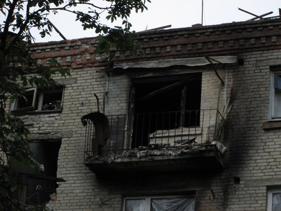 В Славянске в результате часового артобстрела пострадал ряд зданий в жилом секторе