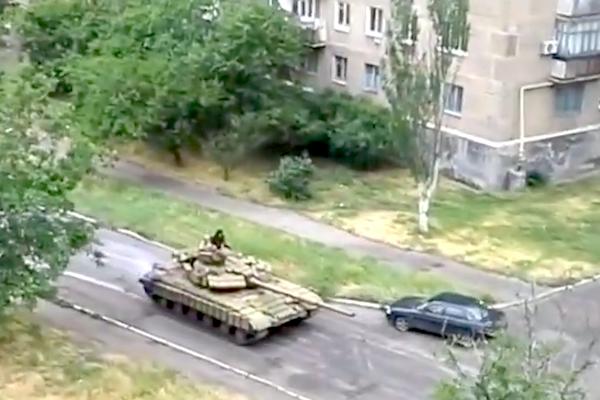 В Снежном появились танки Т-72 ополченцев