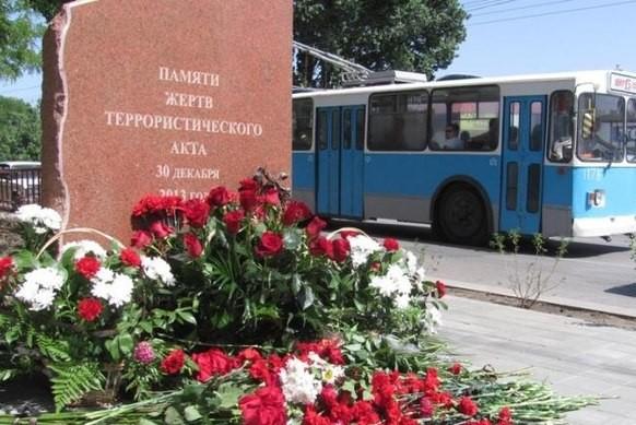 В Волгограде на месте теракта в троллейбусе установили мемориал