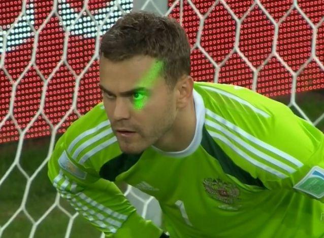 ФИФА не удалось идентифицировать человека светившего лазерной указкой в глаза Акинфееву