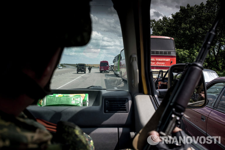 Восемь пассажиров маршрутки ранило осколками снаряда в Луганске