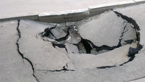 На Рублевском шоссе появилась яма
