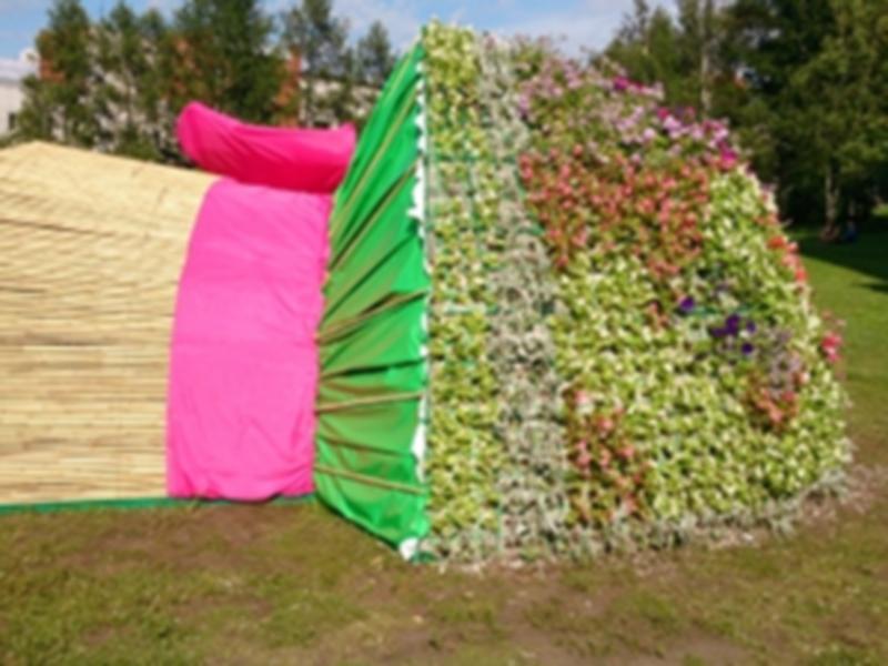 В Иркутске установили цветочную скульптуру «Букет невесты»