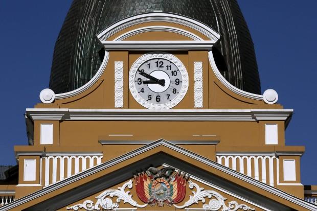 В Боливии повернули циферблат часов и глобус