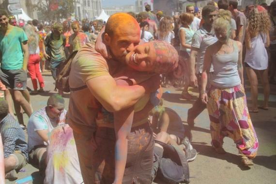 Москвичей раскрасили во все цвета радуги