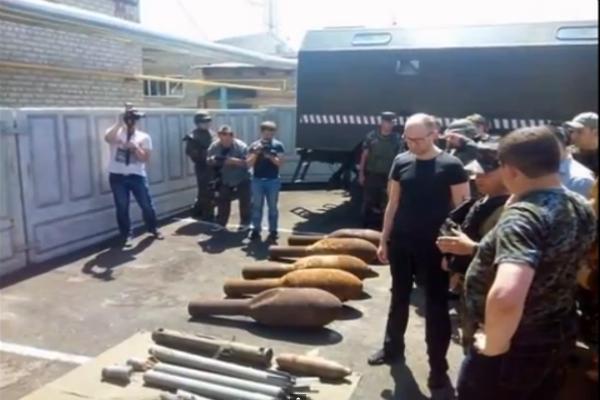 Яценюку в Славянске вместо арсенала ополченцев показали снаряды времен Великой Отечественной