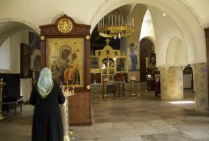 Молящаяся в Свято-Покровком храме Марфо-Мариинской обители