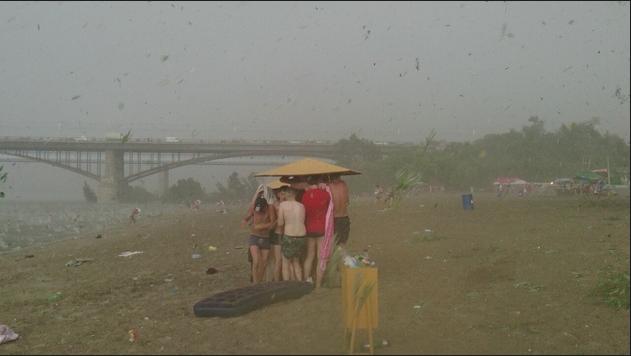 В Новосибирске на пляж выпал крупный град