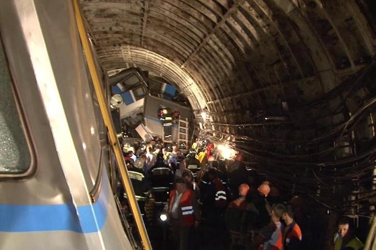 Новая версия причины трагедии в метро появилась из-за обнаружения странных сколов на путях