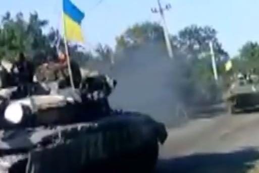 Украинские танки и грузовики въехали в Николаевку. Идет бой