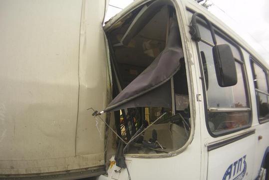 Автобус врезался в грузовик в Ростове: 10 человек ранены