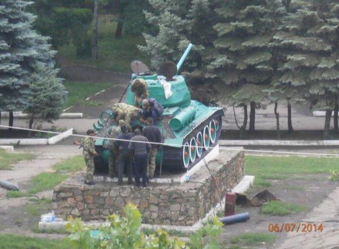 В Антраците сняли с постамента Т-34 времён Великой Отечественной войны