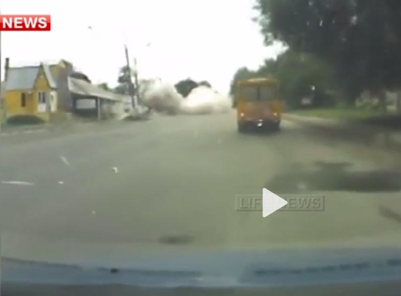 Появилось видео прямого попадания мины в автомобиль в Луганске