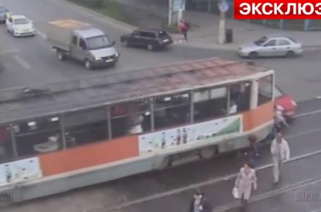 Трамвай в Перми сбил двух пешеходов
