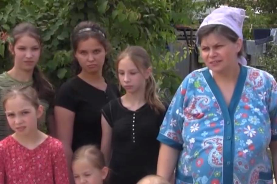 Многодетная семья из Волгограда приютила беженку с 13 детьми
