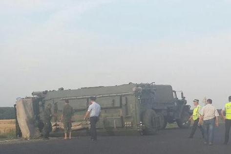 На трассе в Ростовской области перевернулся военный КамАЗ