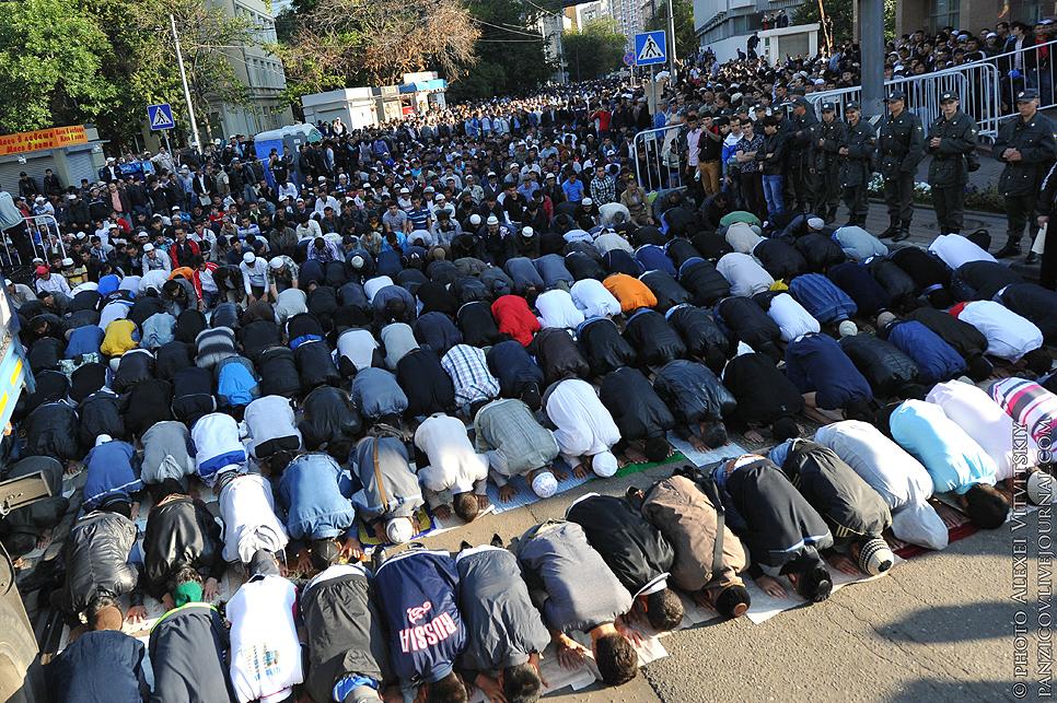 В московских мечетях прошла праздничная молитва