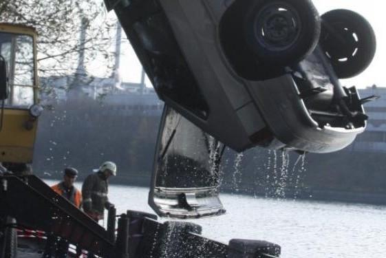 На МКАД при падении автомобиля в Москву-реку погиб человек