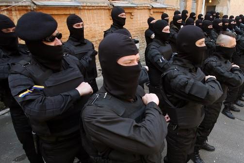 Перед боем каратели из батальона «Азов» молятся Бандере