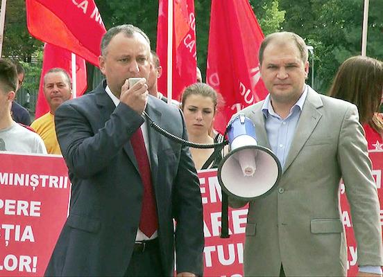Социалисты Молдавии принесли к парламенту вино и фрукты