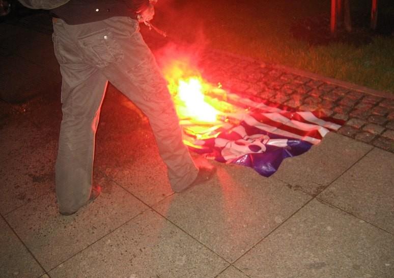 Консульство США в Санкт-Петербурге атаковали активисты «Другой России»