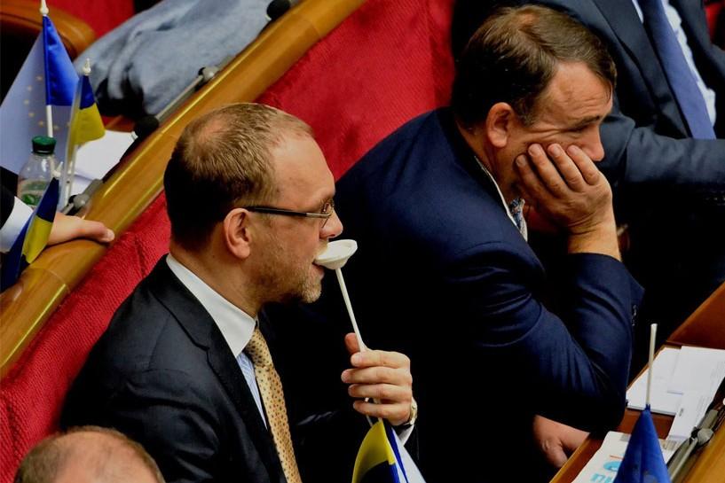 Депутат Власенко сжевал в Верховной Раде флаг ЕС