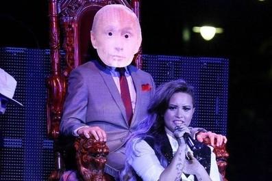 Деми Ловато возмутила россиян «генитальным» шоу с фото Путина