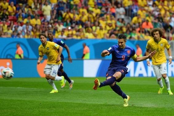 Нидерланды после первого тайма обыгрывают Бразилию со счетом 2:0