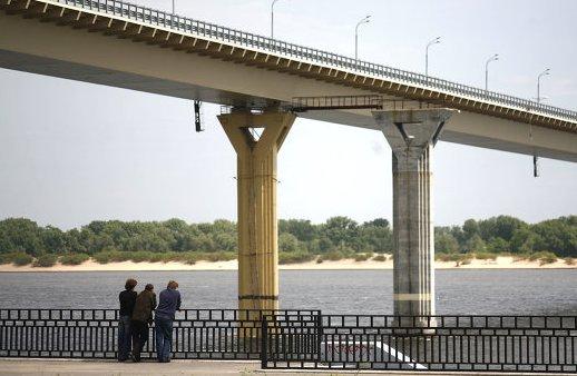 В Волгограде мужчина на глазах у жены и ребенка сбросился с «танцующего моста»