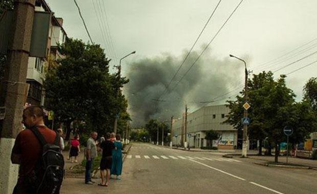 После артобстрела в Луганске начались пожары