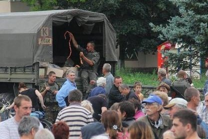 В Славянске двух россиян поймали при раздаче сосисок