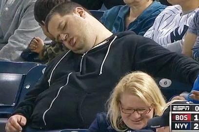 Фанат, уснувший в эфире бейсбольного матча, обратился в суд