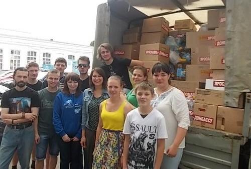 Репортеры посмотрели содержимое гуманитарного груза для юго-востока Украины