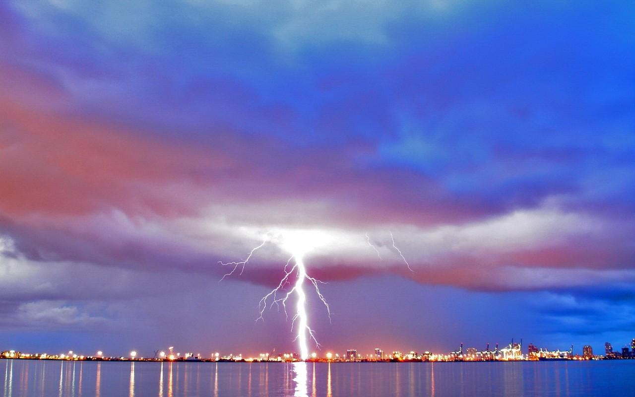 В Москве удар молнии пришелся на легковушку