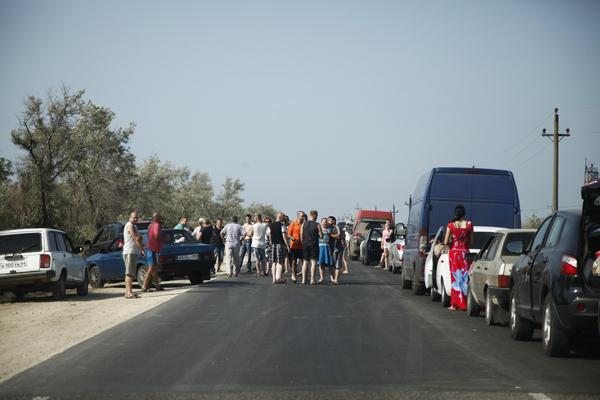 Депутат Госдумы поплатился за попытку объехать очередь в Крым перевернутой машиной