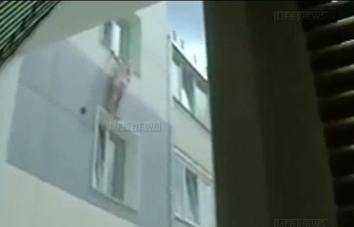 8-летняя девочка 20 минут провисела на карнизе десятого этажа