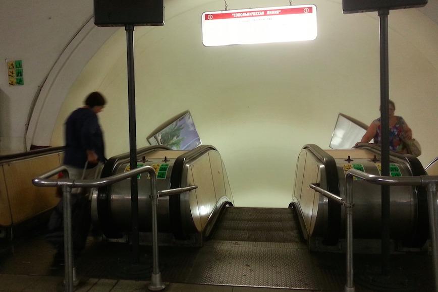 В московском метро стариков гоняют пешком по нерабочим эскалаторам