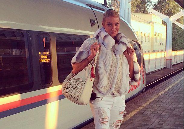 Анастасия Волочкова в жару ходит в шубе