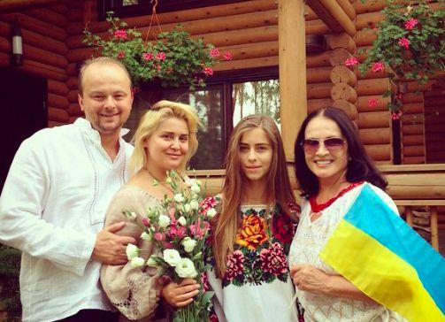 София Ротару встала под украинский флаг с лозунгом