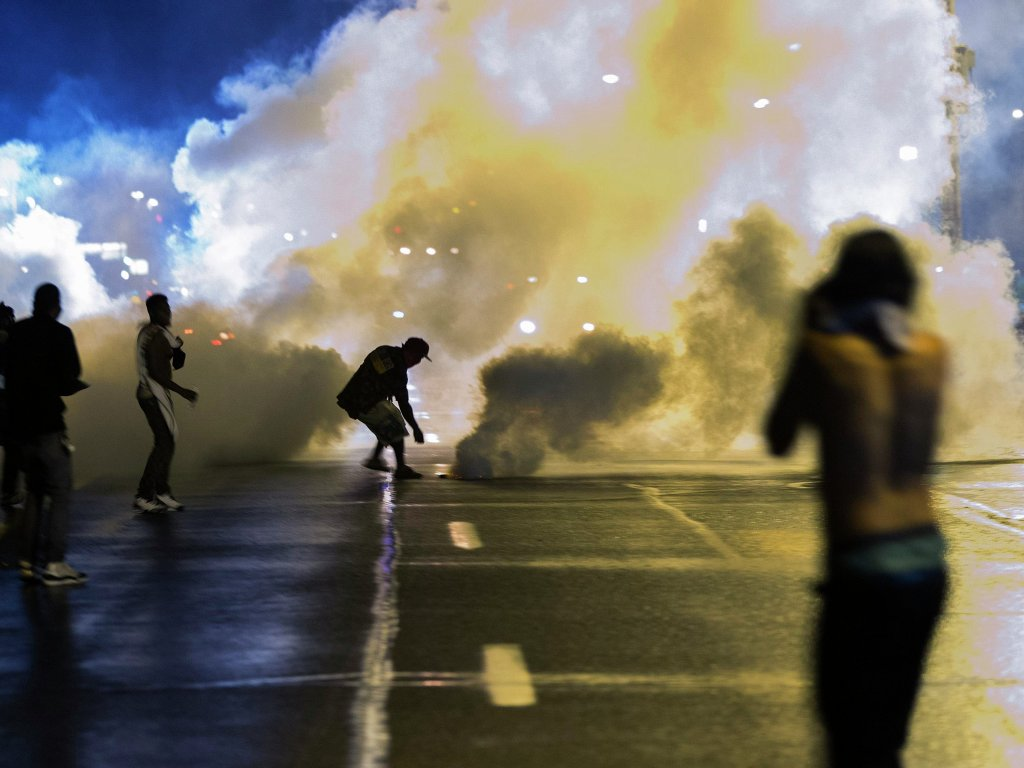 В Миссури для борьбы с беспорядками используют слезоточивый газ