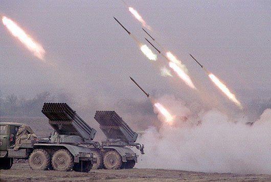 Азербайджанская армия ведет стрельбу по армянским боевым позициям из ракетных установок