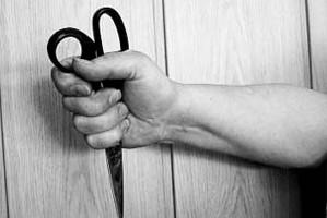 В Москве бандит с ножницами украл у пенсионера мобильный и одну тысячу рублей