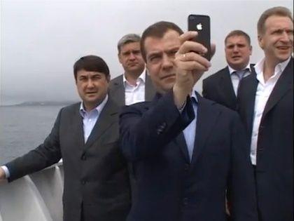Хакеры получили доступ к Twitter Медведева через его iPhone
